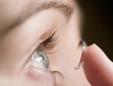 how to put in contact lenses